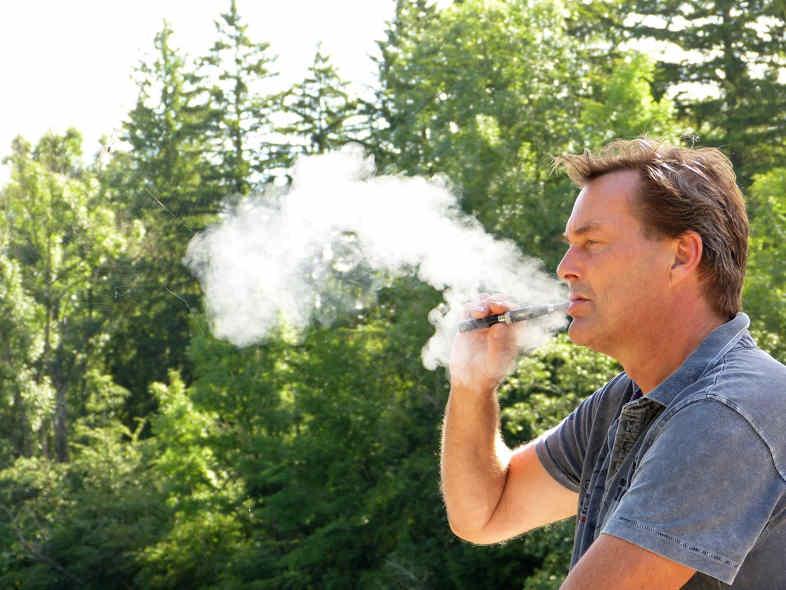 uomo fuma sigaretta elettronica