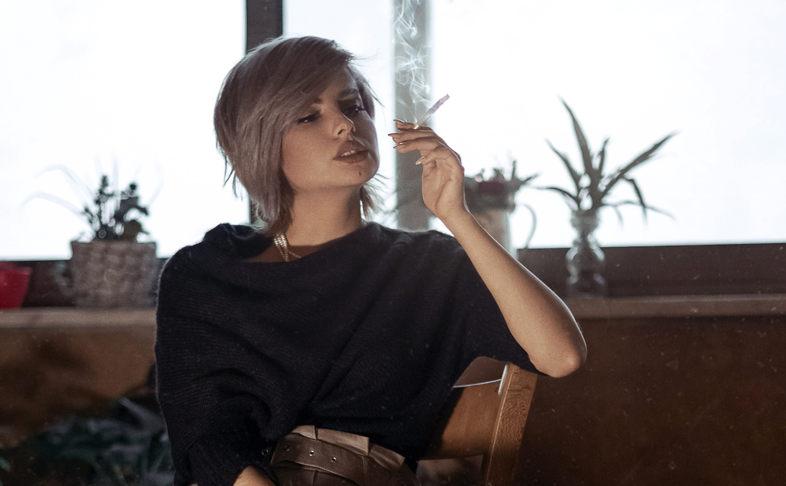 ragazza fuma