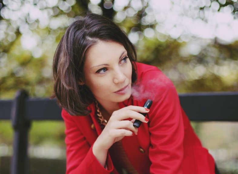 ragazza fuma tranquilla sapendo che svapare non fa ingrassare