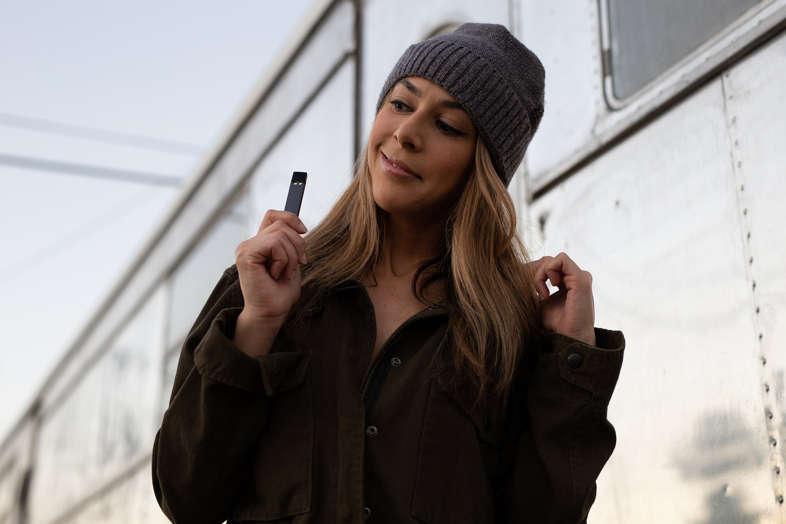 ragazza con sigaretta elettronica