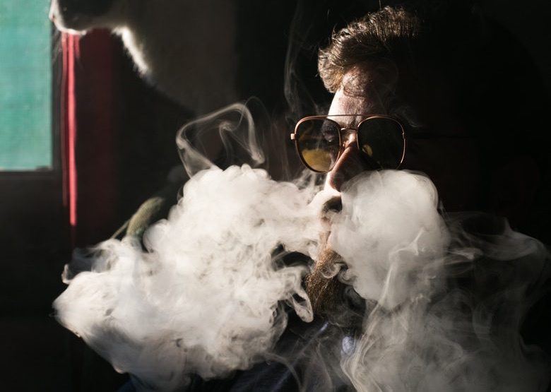 vaper che inala liquido alla marijuana
