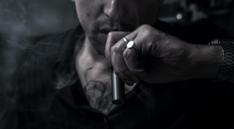 neofita dello svapo che usa una sigaretta elettronica per principianti
