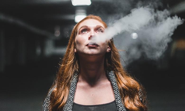 donna nell'atto di svapare la sigaretta elettronica