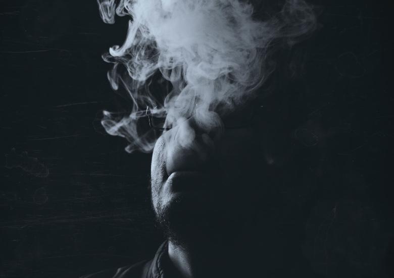 persona che svapa in un luogo chiuso e produce vapore di terza mano