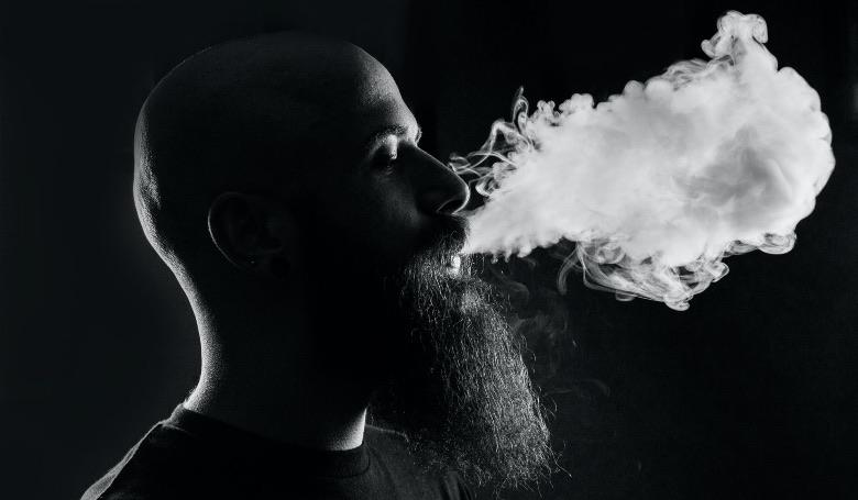 uomo che inizia a usare la sigaretta elettronica