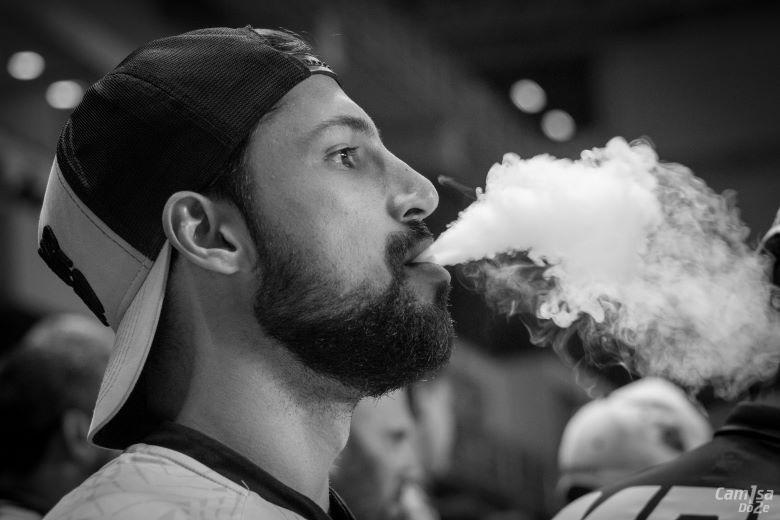 Ragazzo che si chiede quanta nicotina si assume svapando.