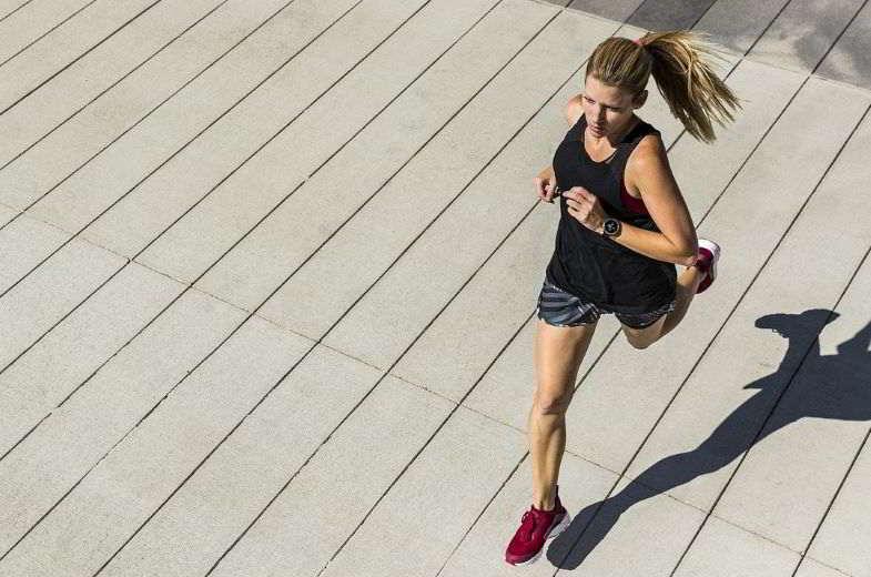 Sigaretta elettronica e sport: miglioramento delle prestazioni di una ragazza.