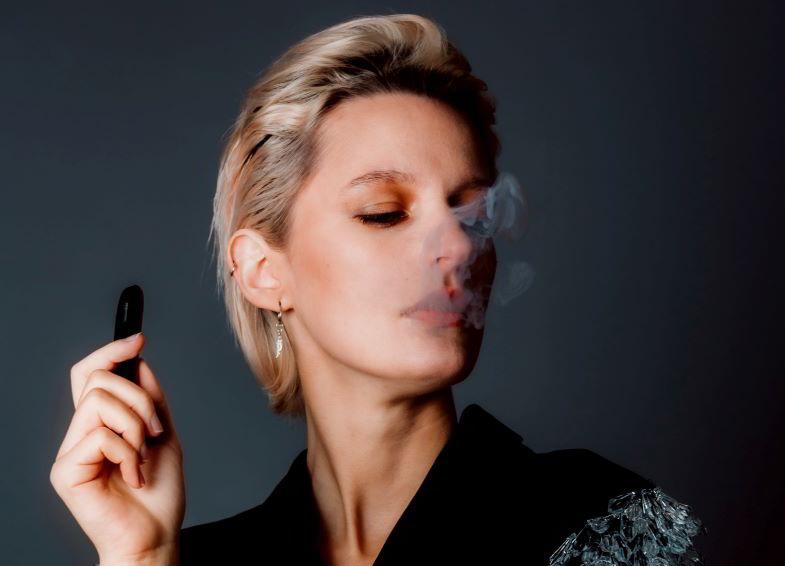 donna che svapa con una sigaretta elettronica semplice