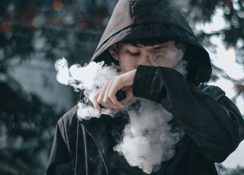 ragazzo che utilizza una sigaretta elettronica potente