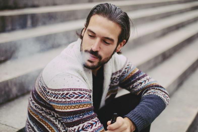uomo che svapa con una sigaretta elettronica semplice
