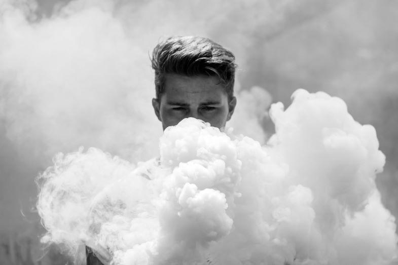 grandi nuvole di vapore generate dall'atomizzatore per cloud chasing