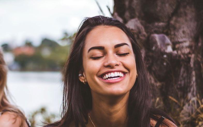 ragazza con sorriso bianchissimo dopo essere passata allo svapo