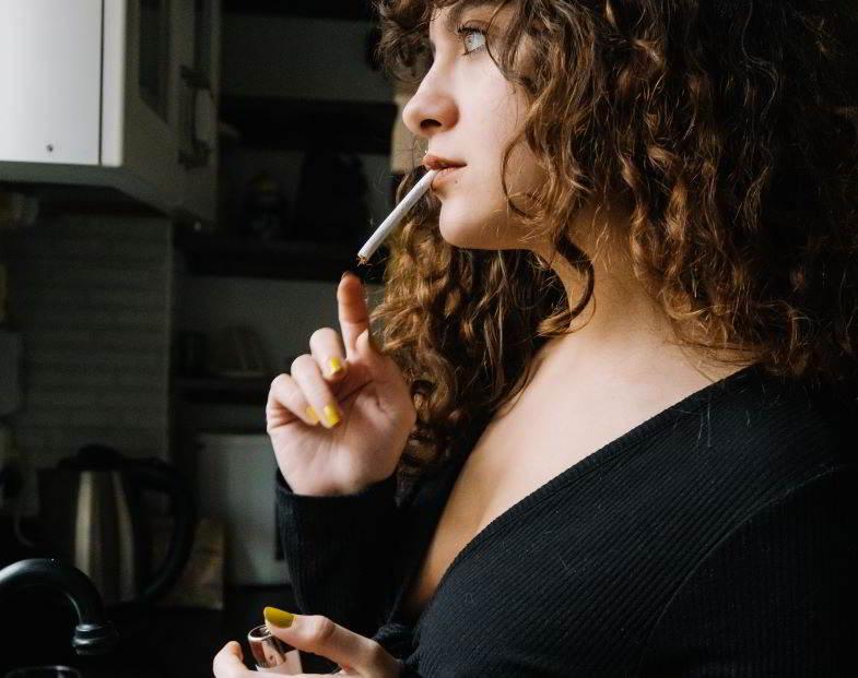 ragazza indecisa se smettere di fumare e passare allo svapo