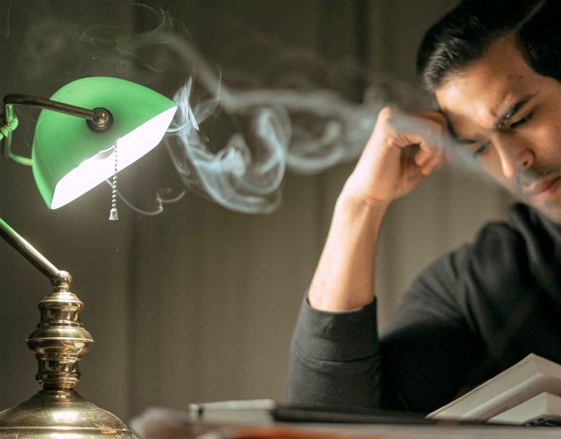 uomo che fuma in studio