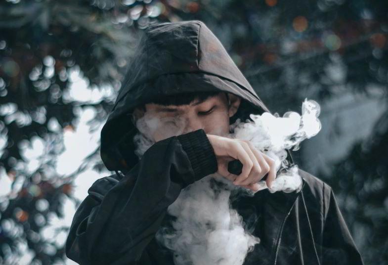 ragazzo che utilizza una sigaretta elettronica di qualità
